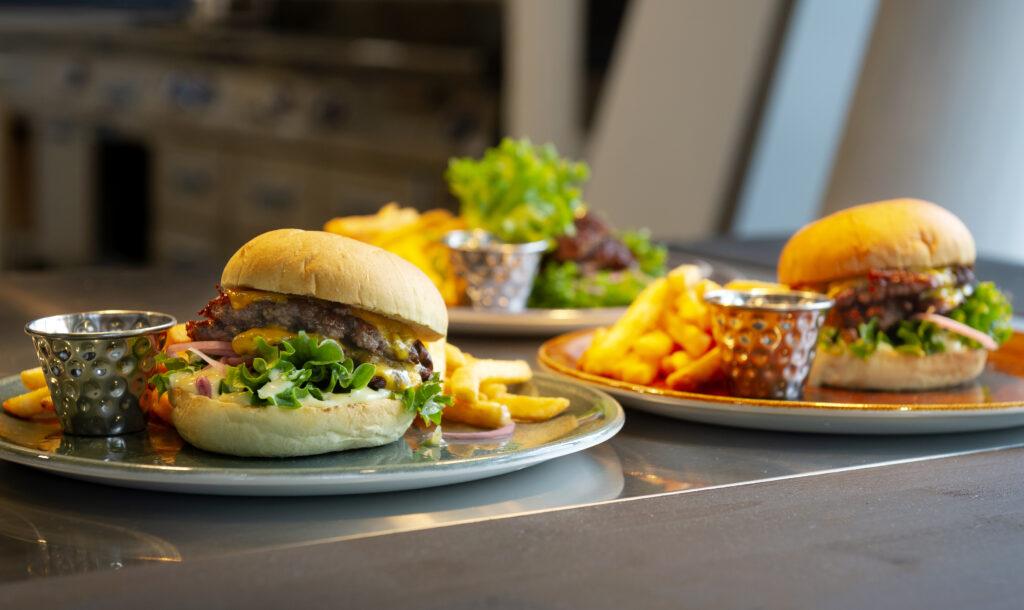 Bjud in kollegor och partners till en kul bowlingkväll med god middag tillagad av kockarna i Winnie's Kitchen n' Comfort.